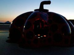 港の赤かぼちゃが怪しく光る。