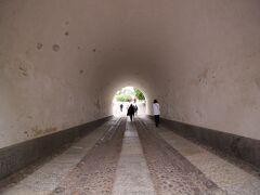 船着場からトンネルを抜け、中心部へ向かいます。