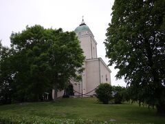 途中にはスオメンリンナ教会が。今でも島には人が住んでいて、普通に生活しているのだそう。