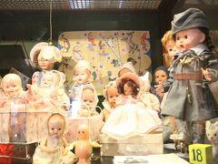 おもちゃ博物館はたくさんの人形が展示されています。