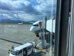 座席は比較的前方の12Kでしたが、静かさは実感できたような気がしました・ 松山空港到着はほぼ定時の9:00。
