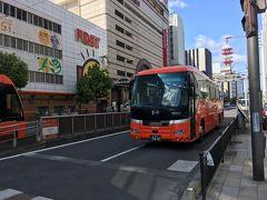 オールいよてつ3Dayパスを2500円で購入(空港内のファミマです)。 空港リムジンを含んだバス(高速バス以外)、市内電車(坊っちゃん列車以外)、 郊外電車全線が乗り降り自由という太っ腹なパスです。さらにいよてつ高島屋くるりん(観覧車)にも1回乗車出来ます。 空港リムジンでホテルのある大街道(松山の繁華街)まで30分少々。空港が近くて良いですね!