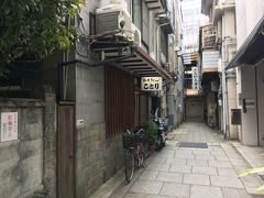 早めにお昼ご飯をいただきます。 この日は寒の戻りなのかとても寒く、最初の松山グルメは鍋焼きうどんにします。 大街道から銀天街に入り、最初の路地を右、そして1本目の小径を左に曲がると、 「ことり」が見えました。