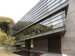それにしても寒いので、城山下の「坂の上の雲ミュージアム」へ。 建物は安藤忠雄氏設計です。