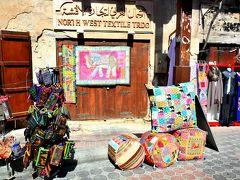 Dubai Old Souq  クリーク沿いをぶらぶら歩こうかと思ってたら、何だか市場っぽいところにやって来た。 雑貨類とかチープな服なんかも売ってるので何か買って着替えるか??と娘に打診。