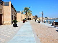 Dubai Creek  着替えるのは面倒な行為だけど、これなら頭からちゃちゃっとかぶって楽ちん♪涼しい衣装に変身して、客引きの雑踏を逃れクリーク沿いを歩くことにした。 水辺沿いには趣のある建物が並ぶ。暑いけど吹く風は涼を運んでくれる。