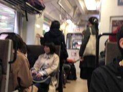 三江線の車内。平日ですが座席は塞がっています。