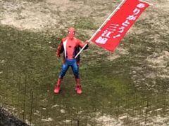 宇都井駅にて、ありがとう三江線の幟を振るスパイダーマン♪  ご苦労です。