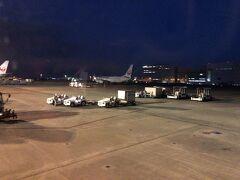 すっかり陽は落ちましたが、羽田空港に無事到着です。 ゲートの空き待ちで少し待たされましたが、気になるレベルではありません。