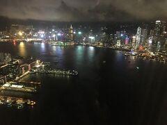 香港駅に戻って、SKY100に上りました。夜景を見てテンションMAX☆ ダイナミックで綺麗で、ずっと見ていられます。香港の街の元気さというか、勢いを感じますね。