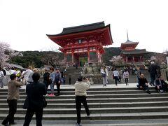 8時半前に清水寺・仁王門に到着したら既に外人さんで一杯! 「世界遺産の力 恐るべし。」といったところでしょうか?