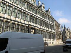 市庁舎の側面。  市内観光後ブリュッセルに向かいます。