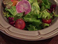 北鎌倉駅から鎌倉駅に戻り、ビストロオランジュで夕ご飯。カウンターがあるから、一人でも入りやすい。 鎌倉野菜のサラダ。野菜の味が濃くて美味しかった。