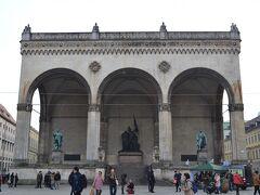 Feldherrnhalle(フェルトヘルンハレ)  将軍堂、などと訳されるようです。1841~1844年頃にルートヴィッヒ1世が建設させたのが最初で、戦時中はナチスの象徴的建物にもなっていたとか。