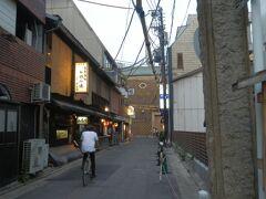 先斗町歌舞練場.写真奥突き当たり. 劇場兼芸妓,舞妓の練習場. 1927(S2)年建造, 鉄筋コンクリート造地上4階地下1階建.