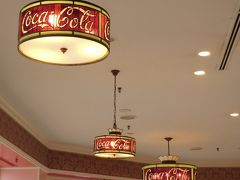 ホームストアからつながるリフレッシュメントコーナー。  コカコーラの文字がステンドグラスになった照明がレトロでいいカンジです♪