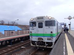 再び列車に揺られ…… 北舟岡駅でも特急と行き違い。