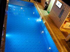 ビューティフル サイゴン 3 ホテル だったか、ビューティフル サイゴン ブティック ホテル だったかに併設されている、The Oasis Saigon Pool & Restaurant。 プールサイドのレストランです。  (19:38)