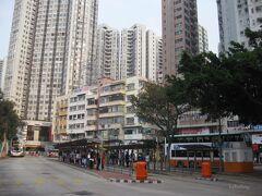 8:15 香港仔到着 古い低層ビルと、高層マンションが対照的。