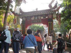 こちらの名物、媽祖と観音像を見に行きます。 西洋人、中国人、日本人と各国の観光客で大混雑。