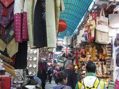スタンレーマーケットを散策。 細い通路の脇を土産物などの商店が立ち並ぶ。