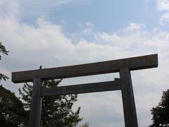 外宮から路線バスに乗り、内宮(皇大神宮)へやって来ました。 路線バスでもPASMOが使えました。(チャージは出来ないのでご注意!) 旅行記の表紙写真にした一枚。 伊勢神宮というと、この鳥居から見える宇治橋を思い浮かべる人も多いのでは? 私もその一人で、ここに来て伊勢神宮にいるんだな!!と再認識しました(笑) 外宮はわりとひっそりとしていたので、内宮は写真撮影をしている観光客の多さに驚きました!さすが日本一の神社!!