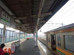 前橋駅から、両毛線の高崎行きに乗る。 混雑している211系。
