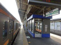 新前橋駅。 前回のダイヤ改訂でここ止まりの上越線電車が増え、その乗客たちが乗り込んでくるために余計混雑する。