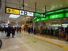 改札口を出たところ。駅を東西に跨ぐ自由通路。 上信電鉄線は西口の方にある。