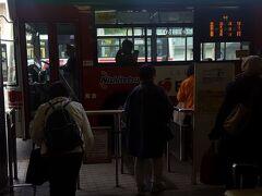 久留米から船小屋へは、50番のバスで1時間弱。JRで行けばもっと早いのですが、パスを持っているので節約です。  羽犬塚までは1時間に2~3本。その先、筑後船小屋駅まで走るのは1時間に1本程度です。ちなみにJRの在来線は、1時間に2本。3月の「ダイヤ見直し」で減便された上、博多からの直通電車がごっそり減っています。
