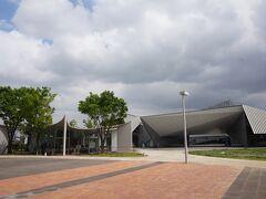 2013年にオープンした、九州芸文館へ。