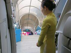 離陸後4時間40分でハノイ  アオザイ姿の乗務員  きっと私が着たらボンレスハムになる。。。
