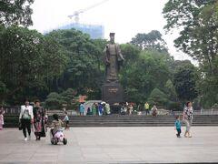 湖をぐるっと散策  大きな銅像が見えた 『リータイトー』 Ly Thai To ベトナムが中国から独立して最初に王になった人らしい
