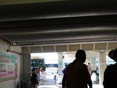 グアム国際空港到着です。 事前にESTAを申請していたのでさっさとイミグレを通過。 個別送迎なので遅くなって他の方に迷惑をかけるということはないのですが、 子供が我慢できないと思い事前申請しました。  イミグレにて意気揚々と写真を撮っていた日本人の方が空港職員の方に怒られていました。テンションが上がって写真とか取りたい気持ちはわかりますがルールですからね~