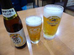 夕食は近くの中華屋へ。 まずはビールとノンアルで乾杯。