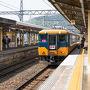 新横浜から新幹線のぞみで京都、近鉄京都線特急で橿原神宮前まで来ました。 橿原神宮前駅構内のコインロッカーに荷物を預け、近鉄橿原線で吉野へ向かいます。 特急がホームにやって来ました。  特急券購入、席の予約は事前にWEBでできますので便利ですね。