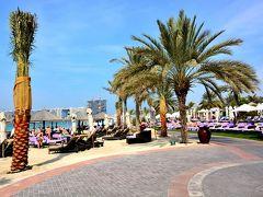 Le Meridien Mina Seyahi Beach Resort & Marina  メトロやトラムを乗り継いで来るつもりだったんだが、何せアブダビからのバスが遅れたんでタクシーで来てしまった。  タクシーを降りたのはビーチ沿いのホテルLe Meridien Mina Seyahi Beach Resort & Marina。 エントランスでどこに行くの?って軽くチェックはあったけど、レストランへ行くと伝えたら通してくれた。