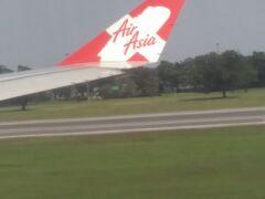 ドンムアン空港に到着。久しぶりの上陸。(確か始めてのタイ旅行はこの空港だったはず)