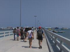パタヤからラーン島へ渡る桟橋への通路。(とにかく暑い)