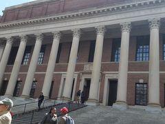 ワイドナー記念図書館  タイタニック号の事故で亡くなった卒業生ワイドナー氏のお母さんが、彼の蔵書などを建物と共に寄贈したことが発祥となっています。