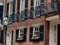 1階の窓の花飾り 高級住宅街だと分かります。