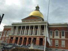 マサチューセッツ州議事堂  ボストンのランドマークの一つで、ドームがあります。新古典主義様式の建物で、チャールズ・ブルフィンチの建築です。
