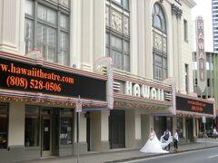 「ハワイシアターセンター」 プライド・オブ・パシフィック(Pride of the Pacific)」と呼ばれる美しいシアター。1922年にオープンして以来、ミュージカルや演劇などが上演されてきたそうです。1984年に一度閉鎖しましたが1996年には再びシアターとして再オープンしたそうです。