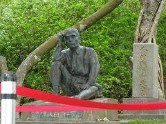 戻ってバイクに乗り、八田氏の像に向かいます。 団体さんがいたのでお邪魔にならぬよう撮影しました。 八田與一氏の像です。昨年の事件があったのでロープが張ってあります。 彼は故居で庭を見ながら計画の進行などについて考えを巡らせる習慣があったとのことで、そのときの仕草が像のモチーフになっているのでしょうね。 後ろにはご夫妻のお墓があります。