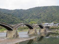 バスは高速道路を使いつつ 70分程で、山口県岩国市の 錦帯橋に着きました。