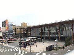 上野から新幹線に乗って1時間半で長野駅に到着。  ところで今、もう「長野新幹線」って言わないのね? 上野から乗る新幹線探すのにちょっとまごついちゃった。 北陸方面も昔は関東からは行きにくいイメージだったけど、電車でつながったなんて夢のようですね~。  長野駅、9年前とはだいぶ装いが変わって綺麗になっていました。 駅ビルも出来て便利、だけど駅前にあるビルに入ってたお気に入り本屋さんがドン・○ホーテに変わっちゃってたのはショック。  ちなみに到着時の気温は思ってたほど寒くはなく、日差しはぽかぽか、でも空気は冷たく澄んでて、中綿入りのコートにセーターといういでたちでちょうどいいくらいでした。