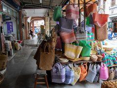 そのまま隣の迪化街へ行って 欲しかったカゴバッグを物色します。 前回買ったナイロンのメッシュバッグが とっても良かったのです。  三軒見てまわったけど 高建桶店さんで好みの色を見つけました。 母へのプレゼントとして購入。