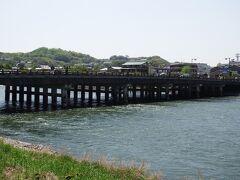 京阪宇治駅を出たら右手には宇治川。平等院へはあの橋を渡っていきます。