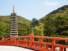 喜撰橋の向こうに見えるのは十三重石塔。