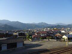 7:11頃、伊予西条駅に到着。 陸橋から石鎚山(写真右)などの山々が見えました。